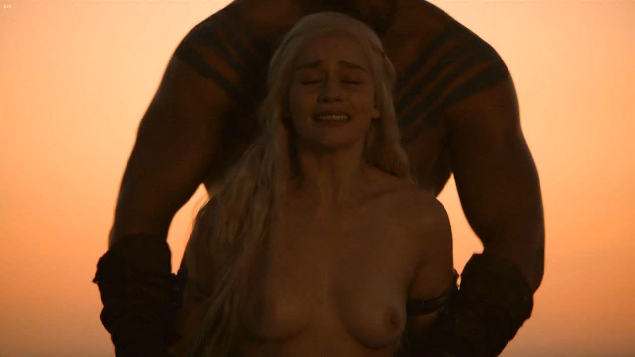 Emilia clarke sexy for esquire 1