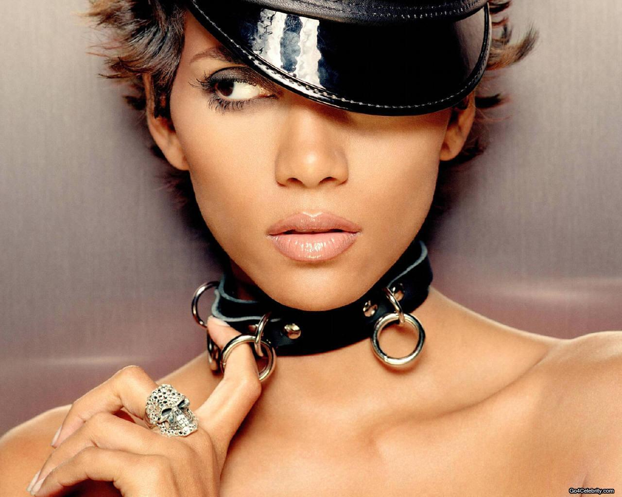 Halle Berry choker
